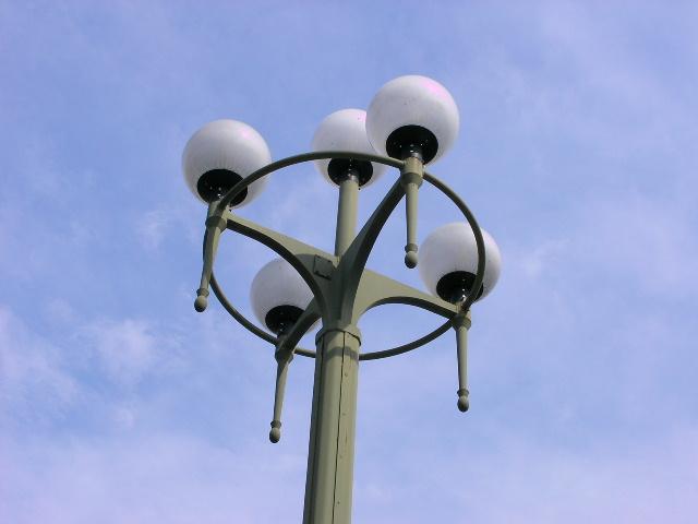 四ツ谷の青い空と球体電灯