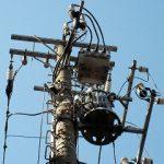 電信柱、下から見上げたメカメカしさ