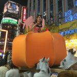 歌舞伎町でキットカットを投げ配るキャバ嬢