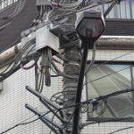 手前の電信柱とガラスに映るビル