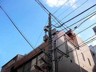 青空に映える電柱の綺麗なグレイ