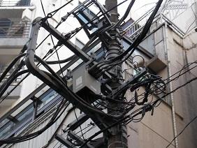 電柱の力強いぐじゃ配線