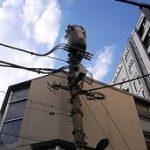 真夏の空と電信柱