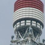 大門から見上げる東京タワー