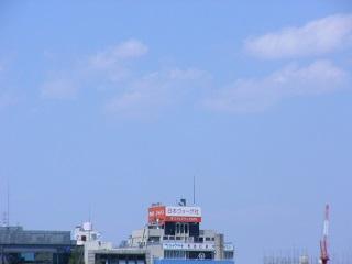 遠く右端にポツリとクレーン、4月の空
