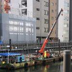 神田川・船の上のクレーン